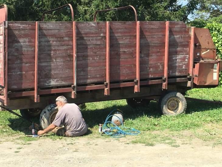silage wagon13906951_306249673061628_150022686829040097_n